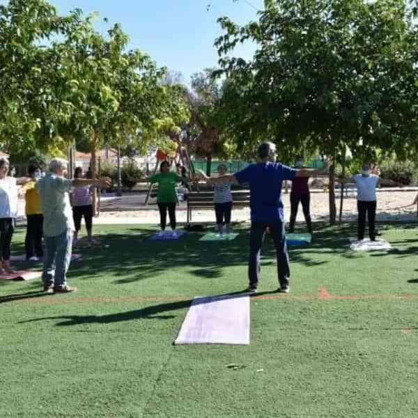 Taller de «Yoga en la Naturaleza» para las personas usuarias del Centro de Día de Mayores de Miguelturra